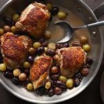 Жареные куриные бедра с виноградом и оливками
