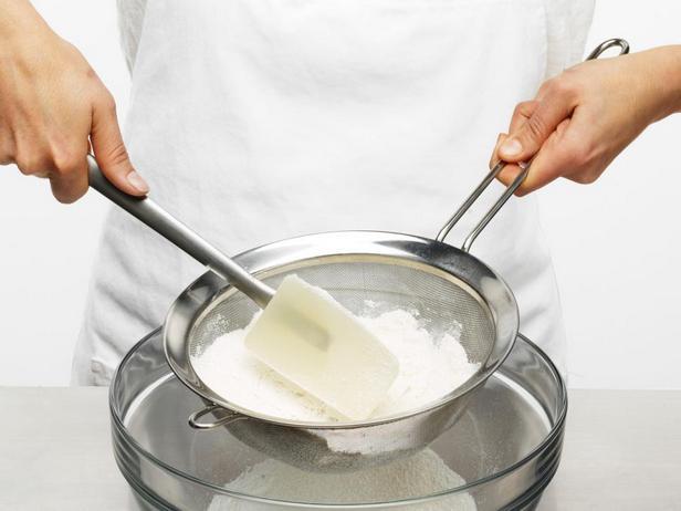 Протрите сахар и муку через мелкое сито для удаления комочков