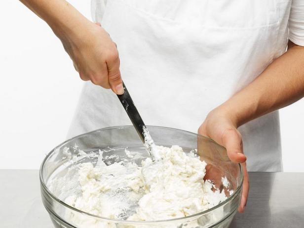 Затем вмешайте белки в тесто