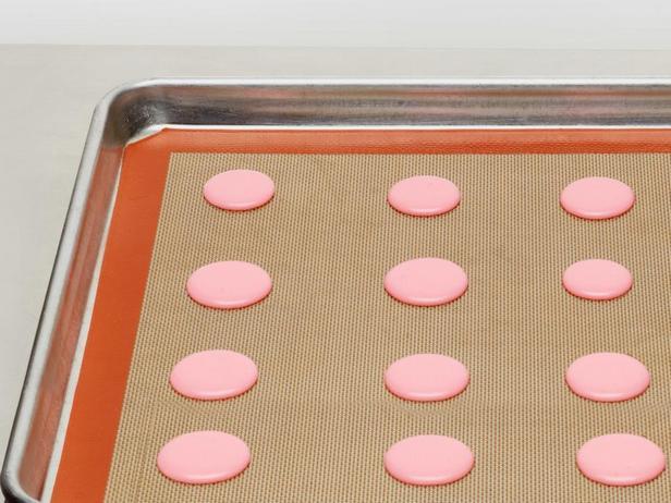 Печенье макарон должно постоять перед выпеканием