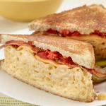 Сэндвич с макаронами и беконом