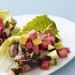 Тако со свининой и арбузом на листьях салата