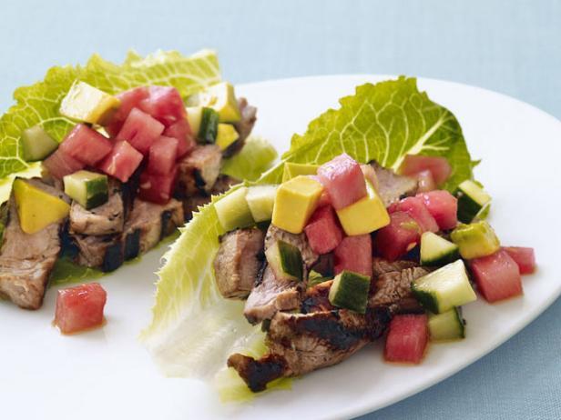 Фото Тако со свининой и арбузом на листьях салата