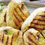 Куриные грудки и молодой картофель на гриле с винегретным соусом с жареным чесноком и орегано