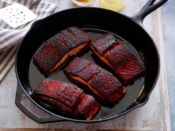 Как приготовить черную рыбу или жареный лосось в специях