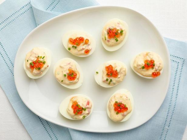 Яйца фаршированные копченым лососем и икрой