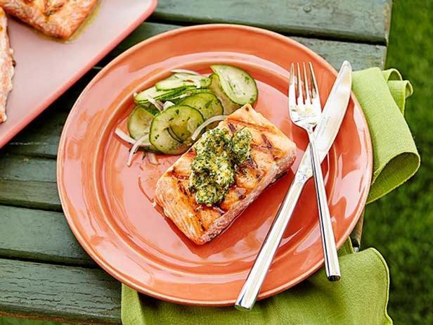 Стейк из лосося с домашним сливочным маслом
