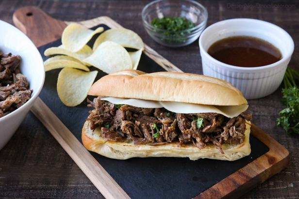 Фото Французский сэндвич с говядиной и бульоном