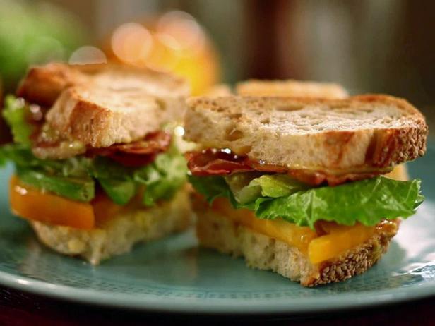 Сэндвич с панчеттой, авокадо и салатом романо
