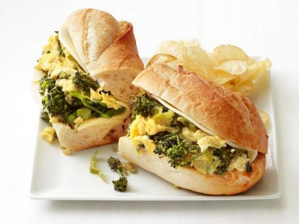 Сэндвич с капустой брокколи и яичницей-болтуньей
