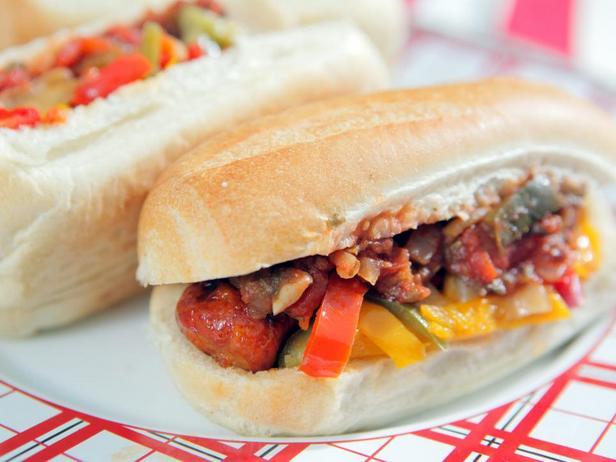 Хот-доги с колбасками чоризо и острой сальсой