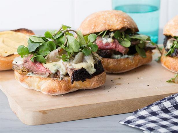 Сэндвич с говядиной, голубым сыром и луком-шалот