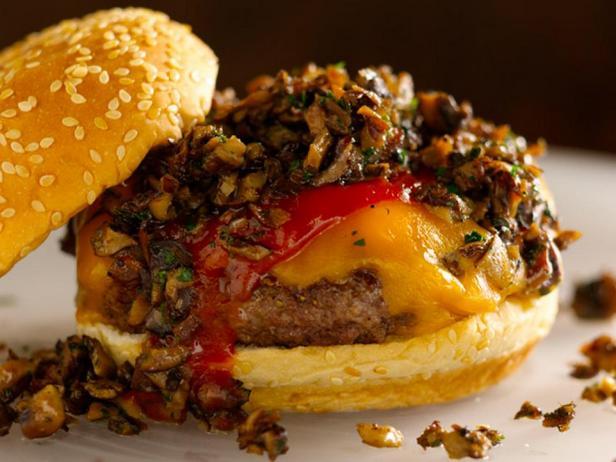 Бургер с грибами и острым кетчупом
