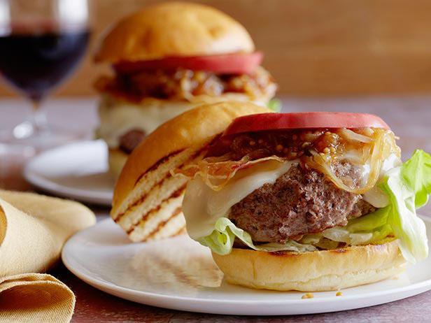 Фото Бургер с сыром Таледжио, панчеттой и луково-горчичным соусом