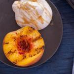 Персики на гриле с медово-апельсиновым сливочным кремом и обжаренным миндалем