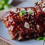 Острые ребрышки в азиатском стиле в ананасово-имбирном соусе барбекю с кунжутом