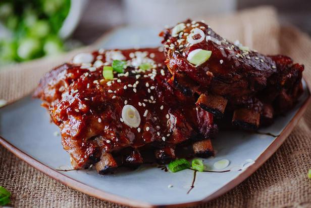 Фото Острые ребрышки в азиатском стиле в ананасово-имбирном соусе барбекю с кунжутом