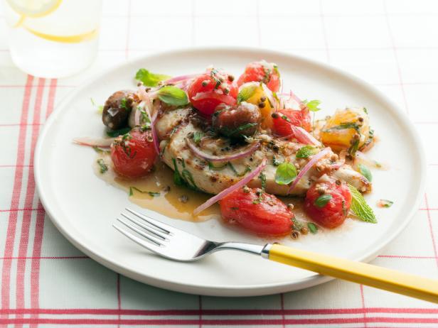 Фото Куриная грудка на гриле с маринованными помидорами черри