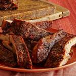 Копченые пряные свиные ребра в глазури из хрена и кленового сиропа