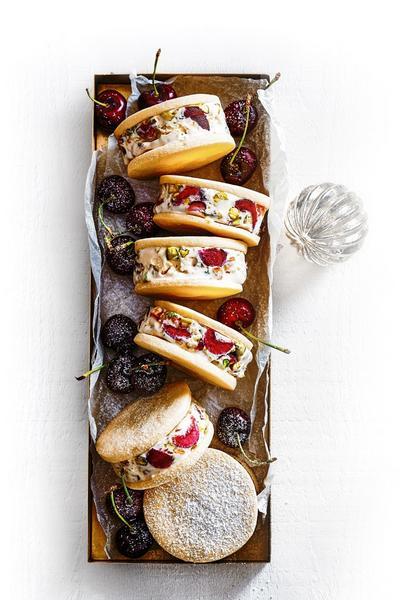 Фото Мини сэндвичи с мороженым и печеньем