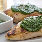 Курица, жареная на сковороде гриль с песто из шпината и кедровых орехов