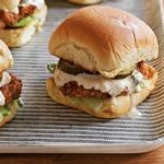 Мини-сэндвичи со свиной вырезкой в панировке из кренделей с горчицей