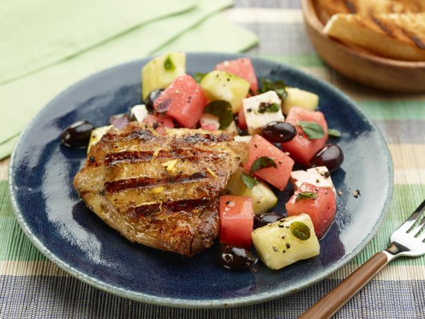 Фото Куриные бедра на гриле с салатом из феты и арбуза