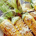 Кукуруза гриль в сливочном масле с чили, лаймом и сыром