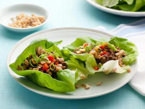 Говядина с тофу на листьях салата