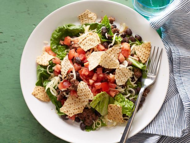 Фасолевый салат с говяжьим фаршем, томатной заправкой и чипсами