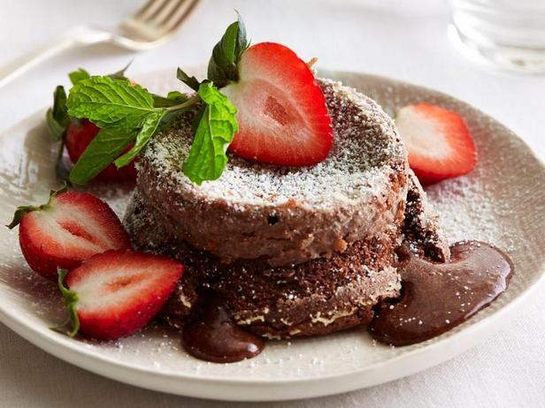 Шоколадный фондан с ягодами