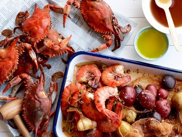 Фото Вареные крабы и креветки с картофелем в пряностях