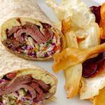 Ролл с говядиной и капустным салатом с укропом