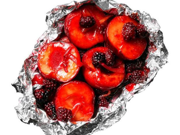 Сливы с ягодами на гриле