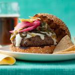 Чизбургер с сырным соусом и зеленым перцем чили