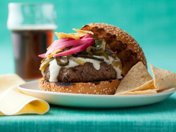 Фото Чизбургер с сырным соусом и зеленым перцем чили