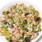 Салат с пастой, тунцом, сельдереем, белой фасолью и оливками