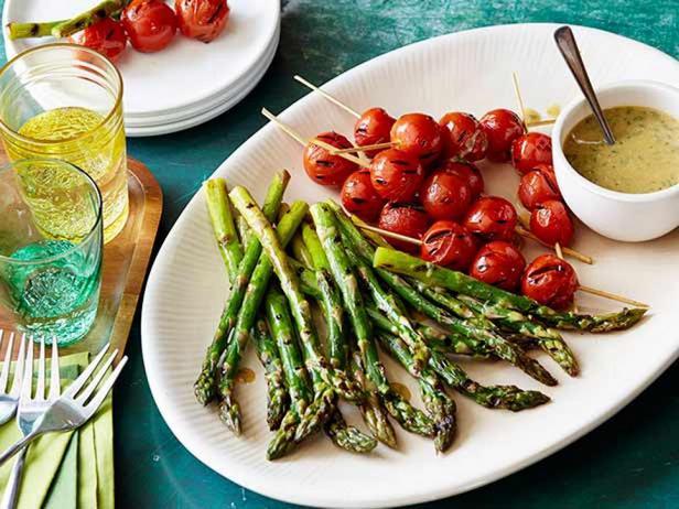 Спаржа и помидоры гриль с медово-горчичным соусом