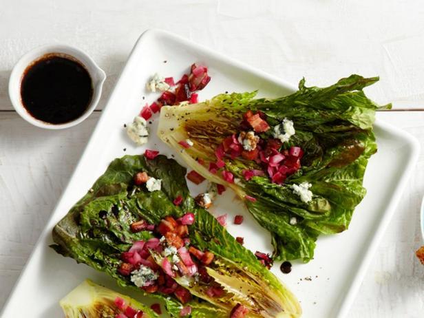Салат ромэн печеный на гриле с голубым сыром и беконом