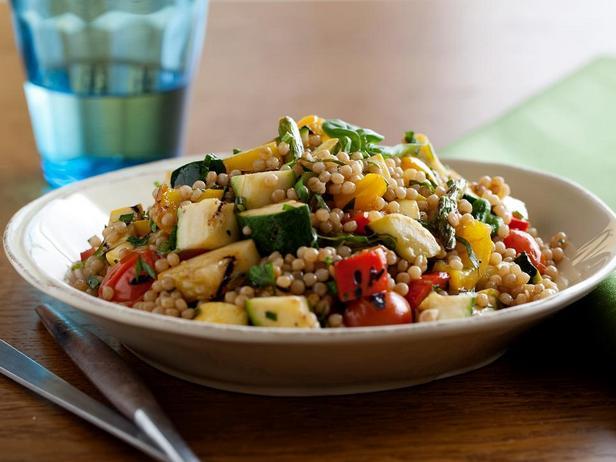 Салат из израильского кускуса и овощей-гриль