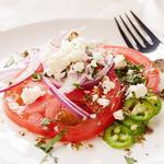 Салат из помидоров, сыра, кинзы и перца чили