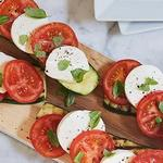 Салат из помидоров, моцареллы и базилика (Капрезе)