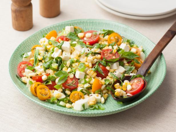 Фото Салат из сырой кукурузы с помидорами