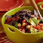 Салат с нутом, помидорами и маслинами