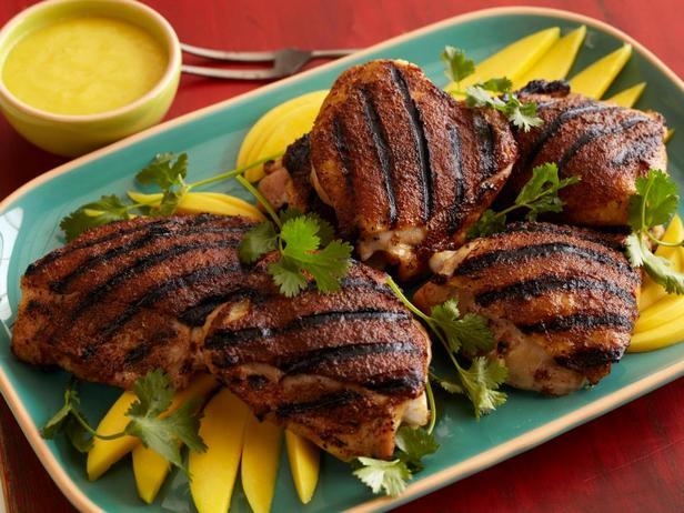 Куриные бедра «Джерк» с острым манговым дип-соусом