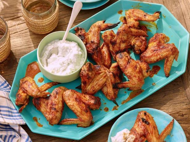 Куриные крылья на гриле в остром соусе чипотле и дипом из голубого сыра и йогурта
