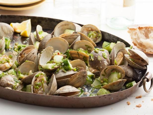 Моллюски на гриле с зеленым луком и огурцом