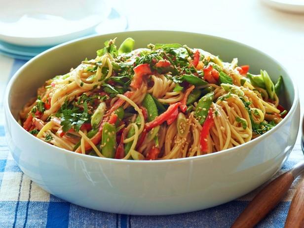 Хрустящий салат со спагетти