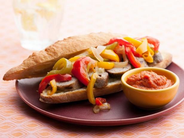 Хот-доги с сосисками-гриль, сладким перцем, луком и соусом карри
