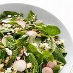 Салат с редисом, шпинатом и тыквенными семечками